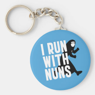 Corro con las monjas llavero redondo tipo pin