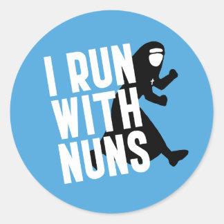 Corro con las monjas pegatina redonda
