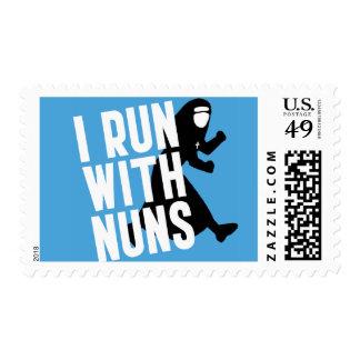 Corro con las monjas timbre postal