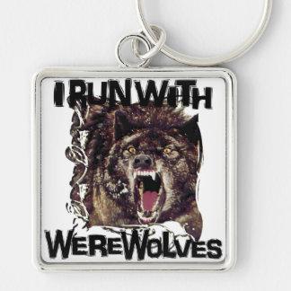 Corro con los hombres lobos llavero cuadrado plateado