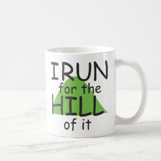 Corro para la colina de ella el © - corredor taza clásica