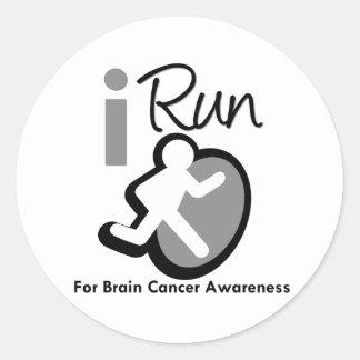 Corro para la conciencia del cáncer de cerebro etiquetas redondas