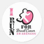 Corro para la conciencia del cáncer de pecho etiqueta redonda
