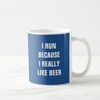 Corro porque tengo gusto realmente de la cerveza taza básica blanca