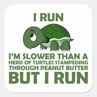 Corro. Soy más lento que una tortuga pero corro Pegatina Cuadrada
