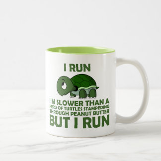 Corro. Soy más lento que una tortuga pero corro Taza De Dos Tonos