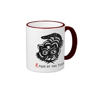 Corte chino del papel del tigre del zodiaco taza de dos colores