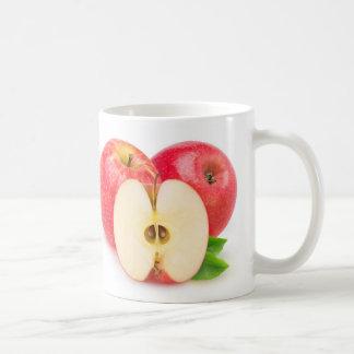 Corte las manzanas rojas taza clásica