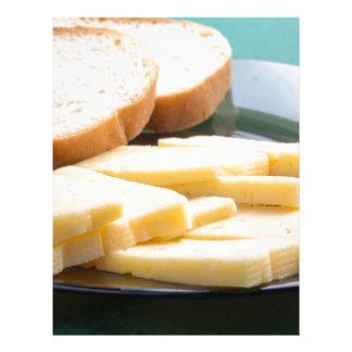 Corte las rebanadas de queso en un primer de la plantilla de membrete