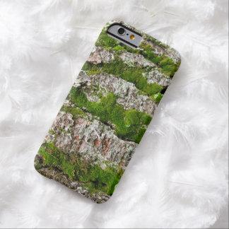 Corteza de árbol cubierta de musgo de pino funda barely there iPhone 6