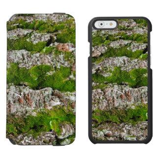 Corteza de árbol de pino con el musgo funda billetera para iPhone 6 watson