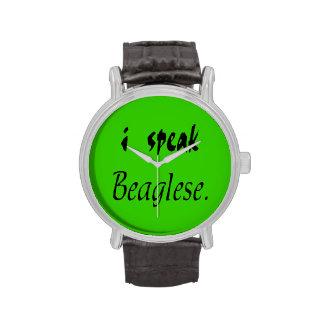 Corteza del beagle - fondo verde reloj de mano