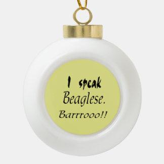 Corteza divertida del beagle - fondo amarillo adorno de cerámica en forma de bola