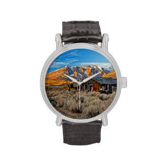 Cortijo viejo a lo largo del lago Hwy 395 en junio Relojes De Pulsera