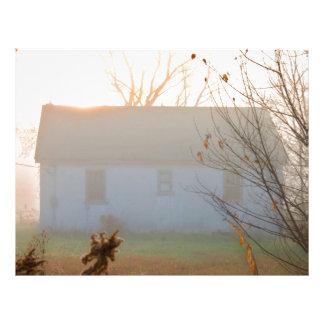 Cortijo viejo en niebla en la salida del sol plantilla de membrete