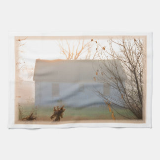 Cortijo viejo en niebla en la salida del sol toalla de mano
