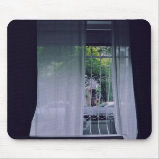cortina de ventana blanca elegante mouse pads
