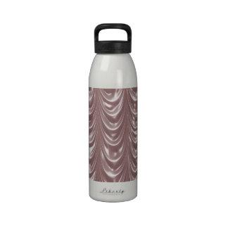 Cortina rosada del satén con el modelo horneado a  botella de beber