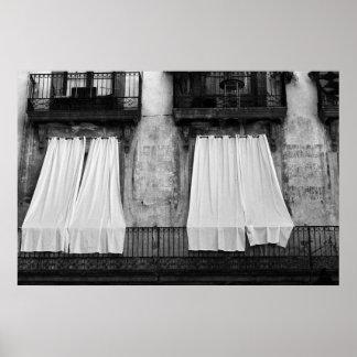 Cortinas blancos y negros del balcón póster