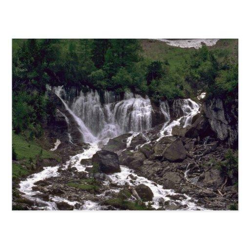 Cortinas de agua en las rocas postal