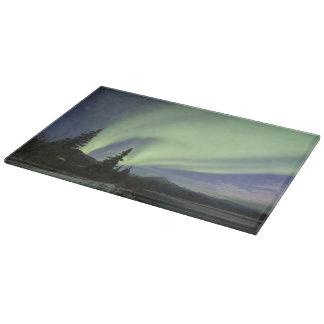 Cortinas de los borealis verdes de la aurora en el tabla de cortar