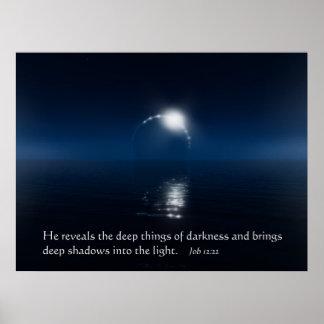 Cosas profundas de la oscuridad posters
