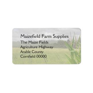 Cosecha del maíz en el campo etiqueta de dirección