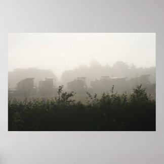 Cosechadora Havesters en la niebla Poster