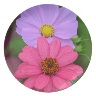 Cosmos y impresión floral del zinnia plato de comida