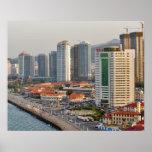 Costa con el horizonte de la ciudad de Yantai, Sha Posters