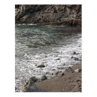 Costa con las piedras y mar en Livorno Postales