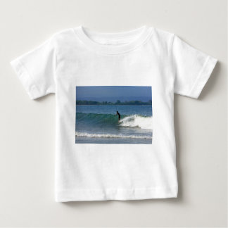 Costa costa tropical que practica surf de la caída playera de bebé