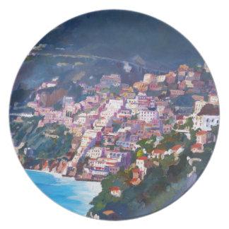 Costa costa y paisaje mágicos en Amalfi, Italia Plato