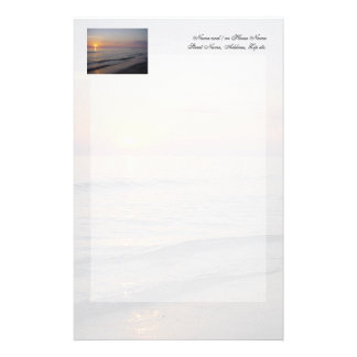 Costa de las ondas de la playa de la puesta del  papeleria de diseño