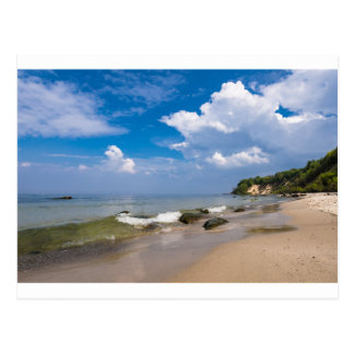 Costa de mar Báltico con la onda y el cielo azul Tarjeta Postal