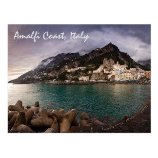 Costa encantadora de Amalfi, ciudad de la playa de Postales