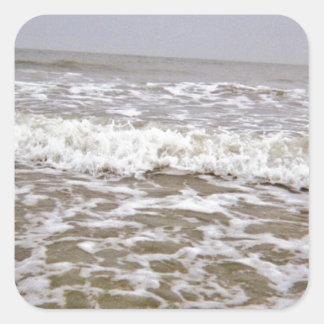 Costa que sube de las ondas enojadas pegatina cuadrada