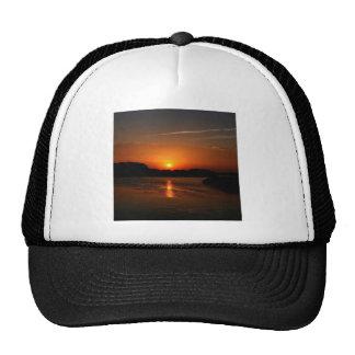 Costa rocosa oscura de la puesta del sol de la nat gorros bordados