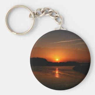 Costa rocosa oscura de la puesta del sol de la nat llaveros personalizados
