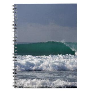 Costa tropical de la onda del océano que practica libros de apuntes con espiral