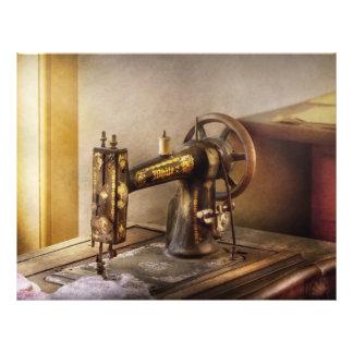 """Costura - una máquina de coser negra y blanca folleto 8.5"""" x 11"""""""