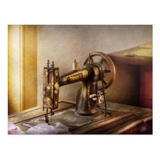 Costura - una máquina de coser negra y blanca tarjetas postales
