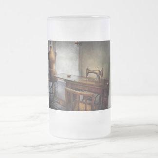 Costura - una vida de los sastres taza de cristal