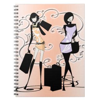 Costuras francesas que hacen compras de la moda de libreta espiral