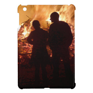 Couple in front of campfire iPad mini case