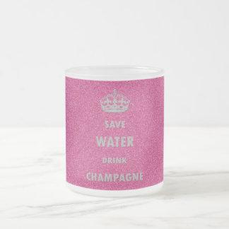 Cr femenino fresco hermoso del champán de la bebid taza