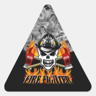 Cráneo 2 del bombero y hachas llameantes pegatina triangular