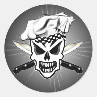 Cráneo 2 del cocinero y cuchillos cruzados del pegatina redonda
