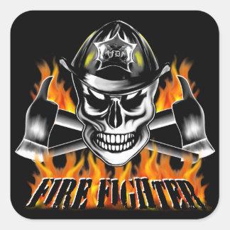 Cráneo 4 del bombero y hachas llameantes pegatina cuadrada
