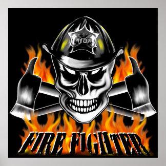 Cráneo 4 del bombero y hachas llameantes póster